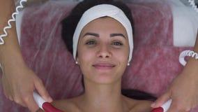 Muchacha hermosa en salón del masaje almacen de metraje de vídeo