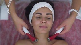 Muchacha hermosa en salón del masaje almacen de video