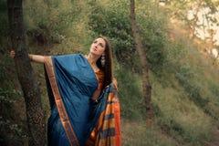Muchacha hermosa en sari india tradicional Foto de archivo