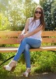 Muchacha hermosa en sentarse de las gafas de sol Imágenes de archivo libres de regalías