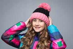 Muchacha hermosa en sombrero de las lanas Foto de archivo libre de regalías