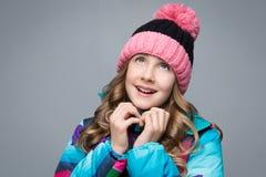 Muchacha hermosa en sombrero de las lanas Fotografía de archivo