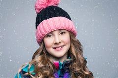 Muchacha hermosa en sombrero de las lanas Fotos de archivo