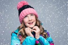 Muchacha hermosa en sombrero de las lanas Foto de archivo