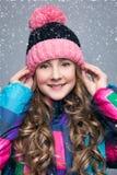 Muchacha hermosa en sombrero de las lanas Imagen de archivo libre de regalías