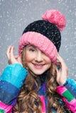Muchacha hermosa en sombrero de las lanas Imagen de archivo