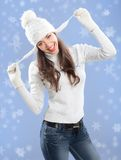 Muchacha hermosa en sombrero del invierno. Fotos de archivo