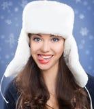Muchacha hermosa en sombrero del invierno. Imagen de archivo