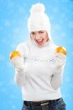 Muchacha hermosa en sombrero del invierno con las naranjas. Imagen de archivo