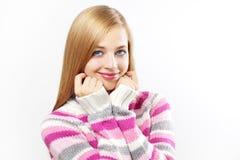 Muchacha hermosa en suéter coloreado Fotos de archivo libres de regalías