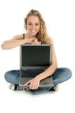 Muchacha hermosa en suelo con la computadora portátil Imágenes de archivo libres de regalías