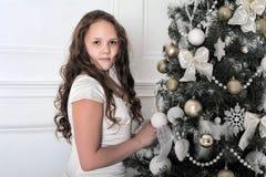 Muchacha hermosa en tiempo de la Navidad Fotos de archivo libres de regalías