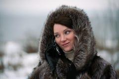 Muchacha hermosa en un abrigo de pieles Fotos de archivo libres de regalías