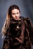 Muchacha hermosa en un abrigo de pieles Foto de archivo