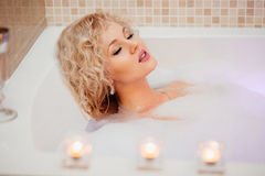 Muchacha hermosa en un baño con espuma Imágenes de archivo libres de regalías