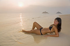 Muchacha hermosa en un bikiní en la playa fotografía de archivo