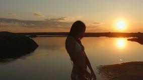 Muchacha hermosa en un bikiní en la playa metrajes