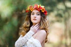Muchacha hermosa en un bosque Imágenes de archivo libres de regalías