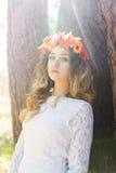 Muchacha hermosa en un bosque Fotos de archivo libres de regalías