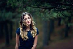 Muchacha hermosa en un bosque del pino Fotos de archivo