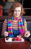 Muchacha hermosa en un café parisiense de la calle Foto de archivo