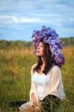 Muchacha hermosa en un campo Foto de archivo libre de regalías