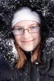 Muchacha hermosa en un capo motor de la piel en nieve Fotografía de archivo libre de regalías