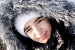 Muchacha hermosa en un capo motor de la piel en nieve. Foto de archivo libre de regalías