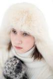 Muchacha hermosa en un casquillo del blanco puro y un puente en blanco Fotografía de archivo