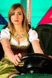Muchacha hermosa en un coche de parachoques eléctrico en el parque de atracciones Imagen de archivo