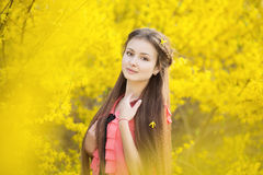 Muchacha hermosa en un fondo del amarillo Foto de archivo