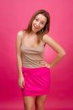 Muchacha hermosa en un fondo rosado. Imágenes de archivo libres de regalías