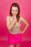 Muchacha hermosa en un fondo rosado. Imagen de archivo