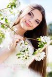 Muchacha hermosa en un jardín de la flor de cerezo Fotos de archivo