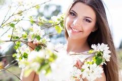 Muchacha hermosa en un jardín del flor de la manzana Fotografía de archivo libre de regalías