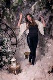 Muchacha hermosa en un mantón de lana cerca del tocón del abeto Fotografía de archivo libre de regalías