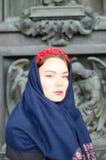 Muchacha hermosa en un pañuelo Fotos de archivo libres de regalías