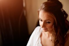 Muchacha hermosa en un primer blanco de la capa Fotografía de archivo libre de regalías