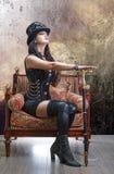 Muchacha hermosa en un sombrero de fieltro y un bastón imagenes de archivo