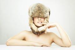 Muchacha hermosa en un sombrero de piel Fotos de archivo libres de regalías