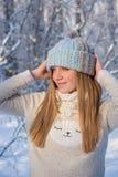 Muchacha hermosa en un sombrero hecho punto Foto de archivo libre de regalías