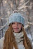 Muchacha hermosa en un sombrero hecho punto Imagenes de archivo