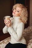 Muchacha hermosa en un suéter blanco con el cuello Imágenes de archivo libres de regalías