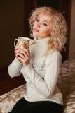 Muchacha hermosa en un suéter blanco con el cuello Fotografía de archivo
