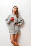 Muchacha hermosa en un suéter hecho punto Imagen de archivo
