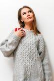 Muchacha hermosa en un suéter hecho punto Foto de archivo