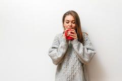 Muchacha hermosa en un suéter hecho punto Foto de archivo libre de regalías