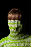 Muchacha hermosa en un suéter verde Imagenes de archivo