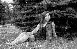 Muchacha hermosa en un traje del dril de algodón Foto de archivo libre de regalías
