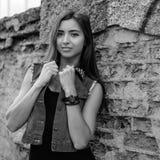 Muchacha hermosa en un traje del dril de algodón Fotos de archivo libres de regalías